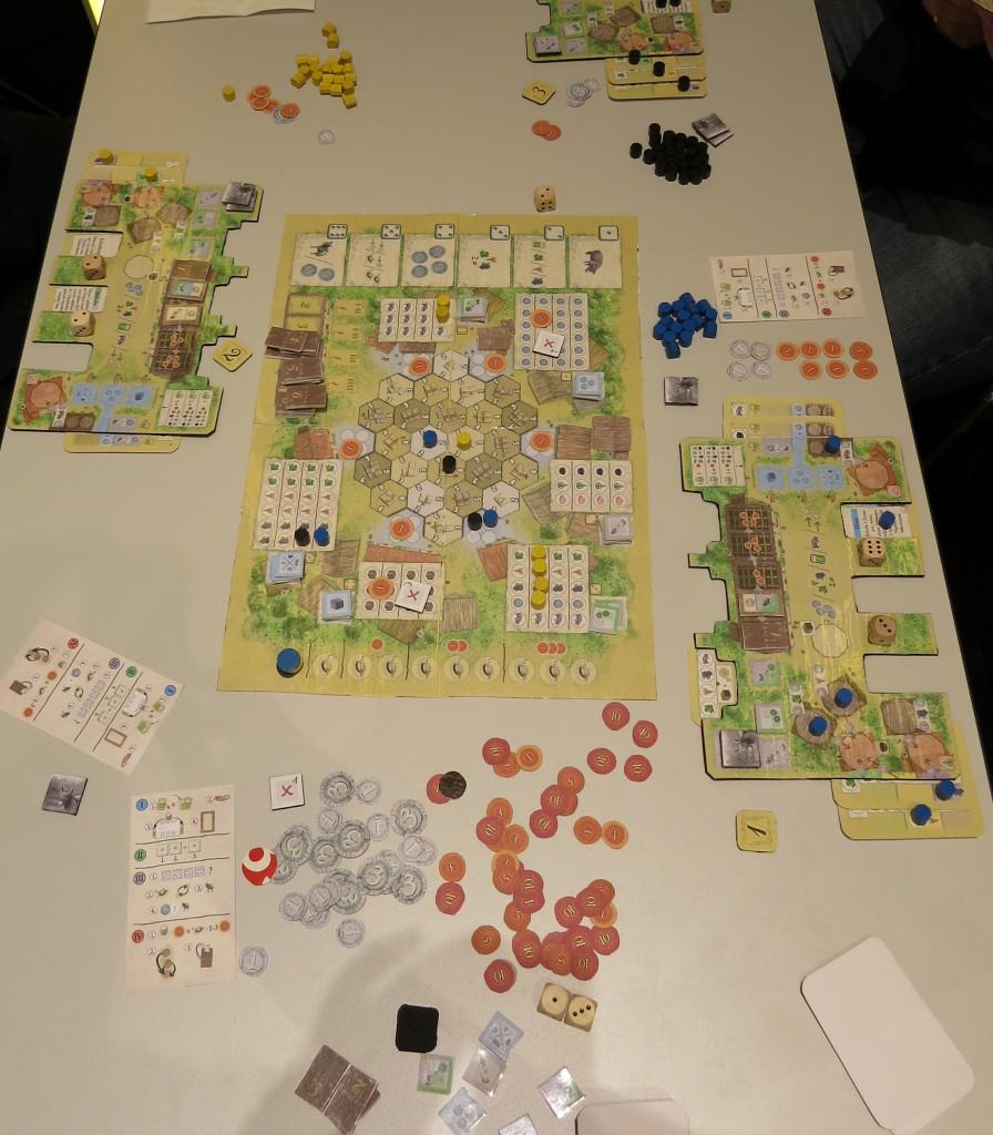 La Granja (fast finaler Prototyp) Mitte das zentrale Spielbrett / Links und rechts Blick auf die einzelnen Höfe